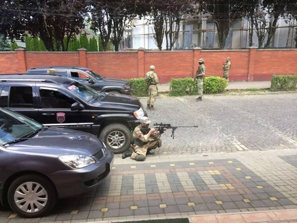 """Першими зброю на ураження у Мукачеві застосували бійці """"Правого сектору"""", – МВС"""