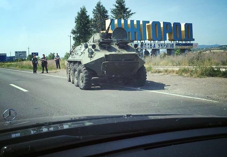 При в'їзді в Ужгород стоїть БТР