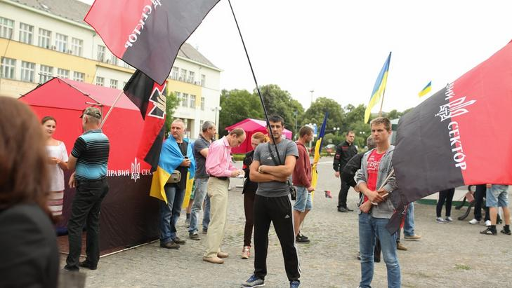 """Біля Закарпатської ОДА сталась сутичка між активістами та представниками """"Правого сектора"""""""