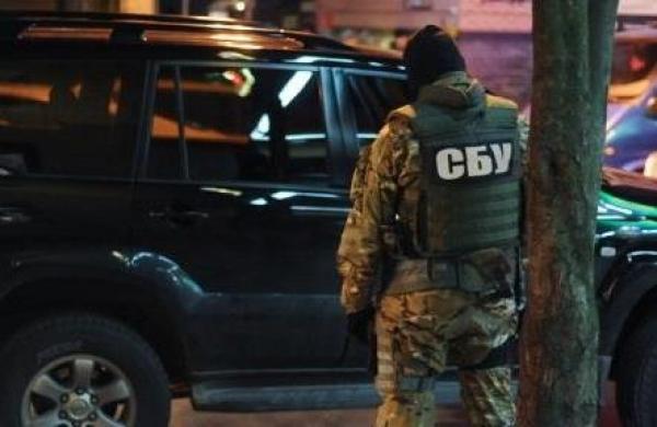 """Затриманих бійців """"Правого сектору"""" вночі привезли до міського відділу СБУ в Мукачеві"""