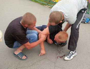 В центрі Ужгорода молодий хлопець напав на перехожого