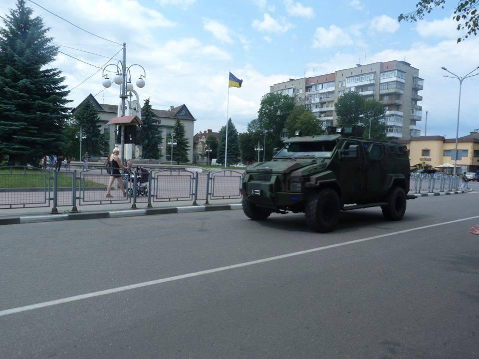 В бік Мукачева рушила колона військової техніки
