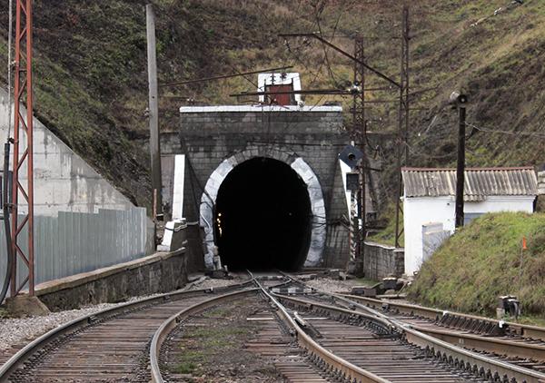 Невідомі в камуфляжі напали на озброєного вартового, який охороняв залізничний тунель у Карпатах