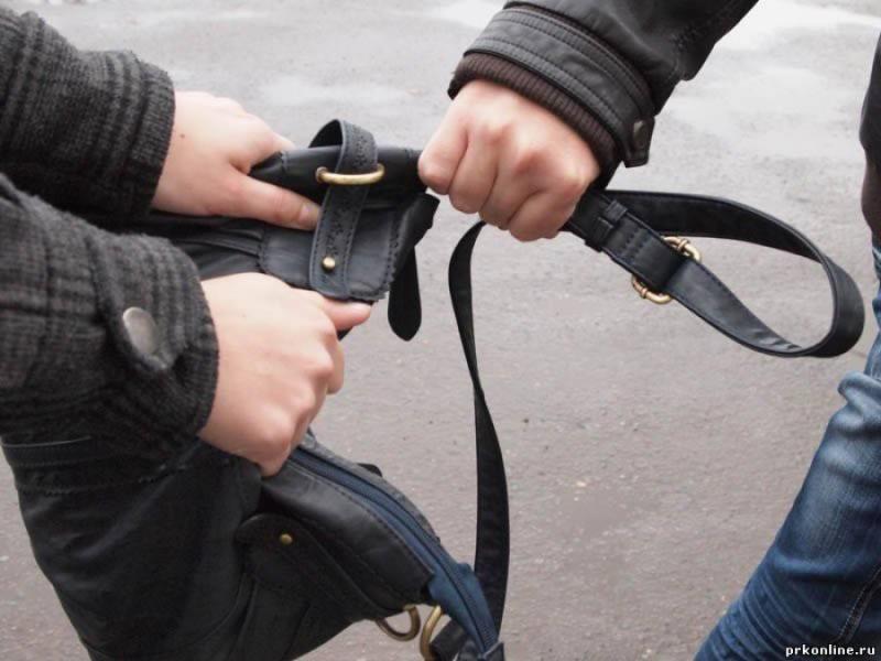 У Виноградові на вулиці пограбували жінку