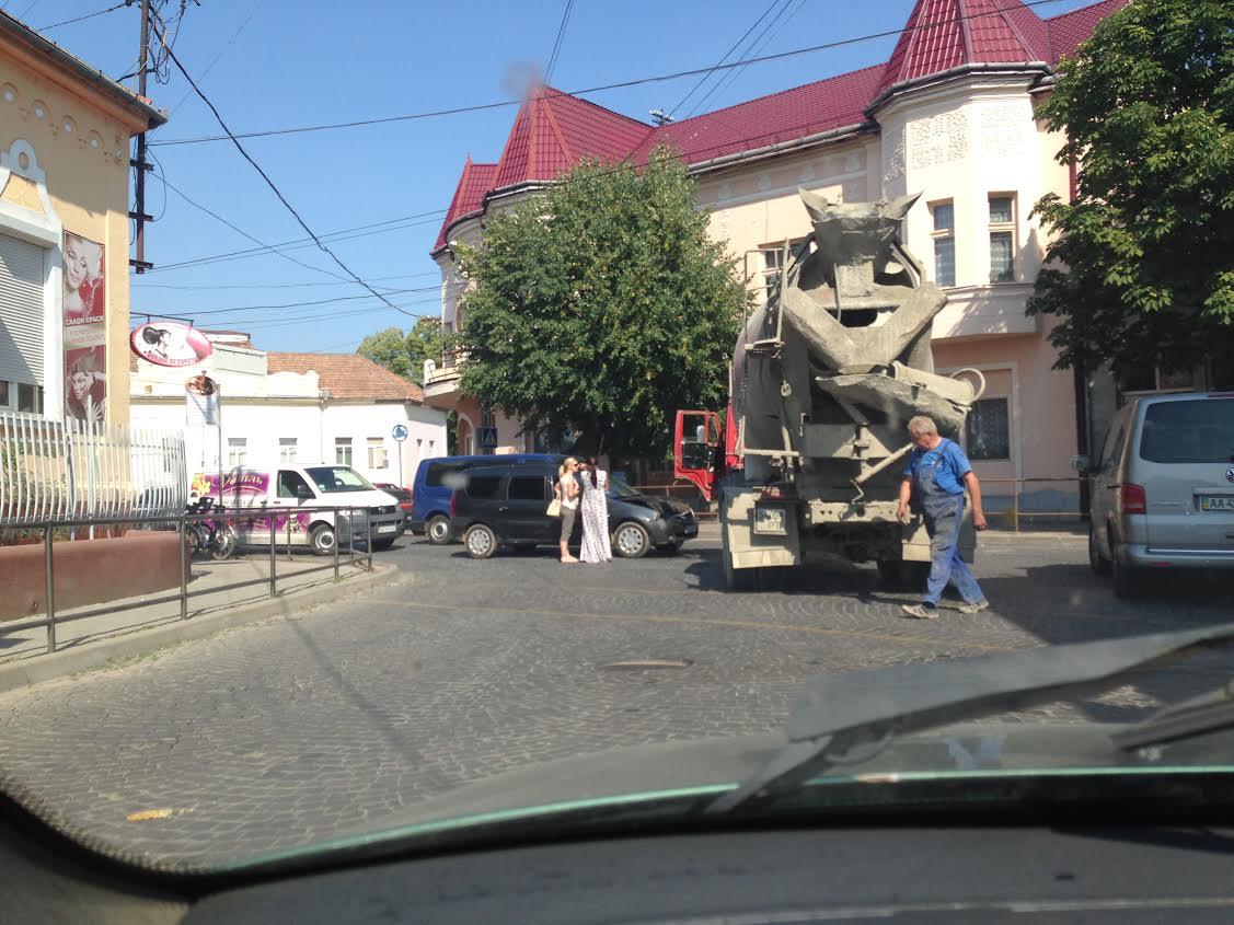 Неподалік РАЦСу у Мукачеві ДТП: дівчина на своєму авто врізалась у вантажівку