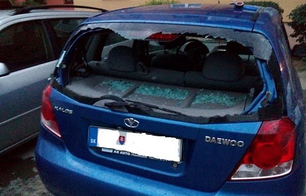В Ужгороді вночі невідомі розтрощили автомобіль