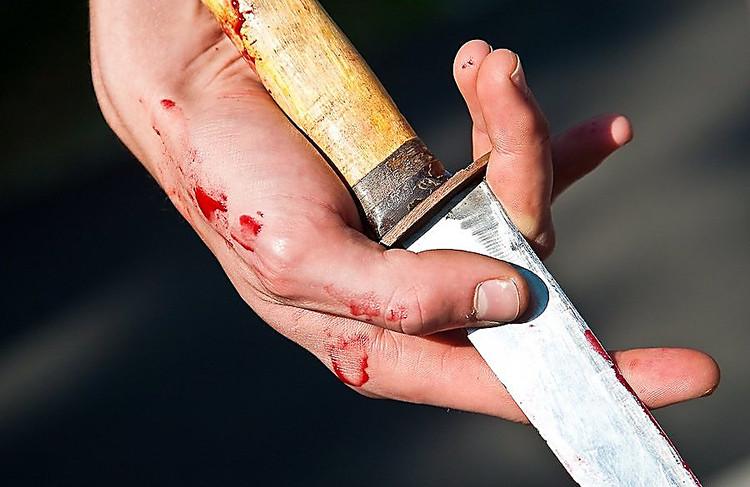 """Лікарі врятували життя чоловікові, якого біля одного із магазинів Мукачева порізав """"товариш по чарці"""""""