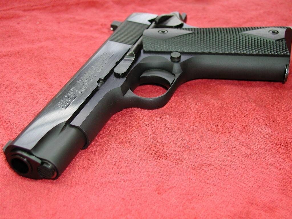 На Ужгородщині під час сварки чоловік накинувся на свою дружину з пістолетом