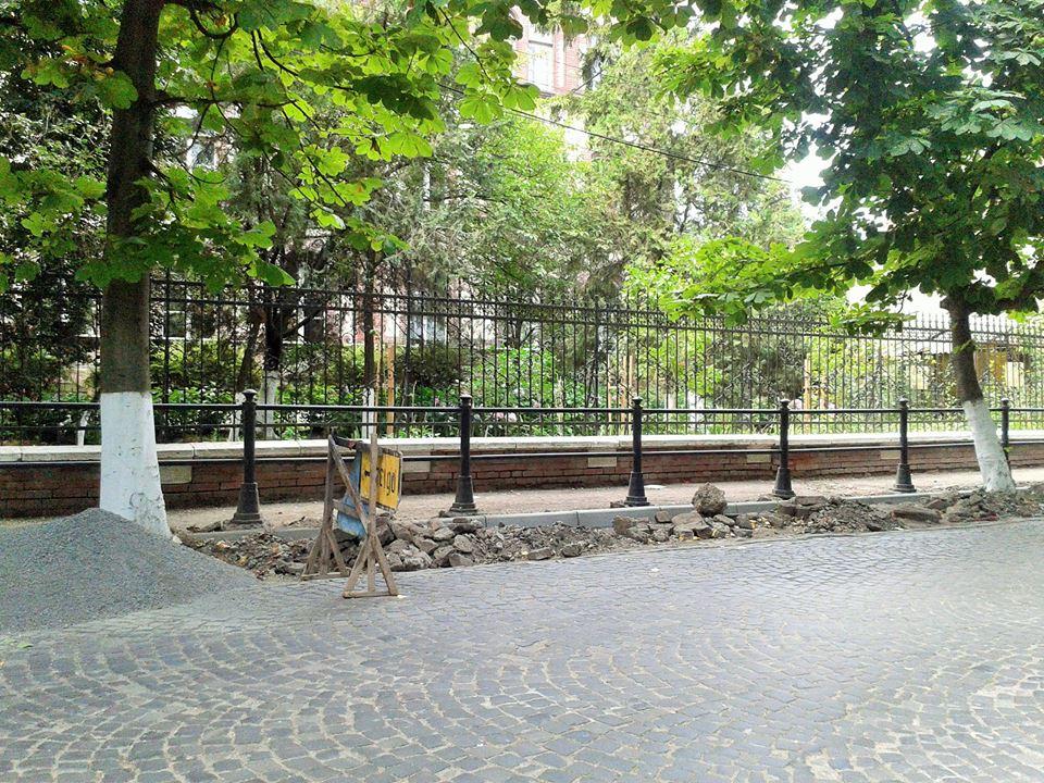 Біля однієї із шкіл Берегова ремонтують тротуар