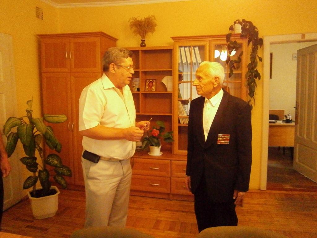 На Виноградівщині ветерана Другої Світової війни нагородили відзнакою