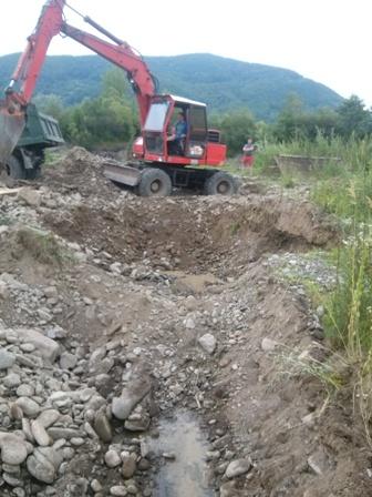 Прокуратура розпочала слідство у справі незаконного видобутку піщано-гравійної суміші з русла річки Тересва