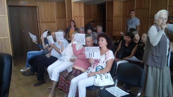 Мешканці 16-поверхівки протестують на засідання Ужгородської міськради
