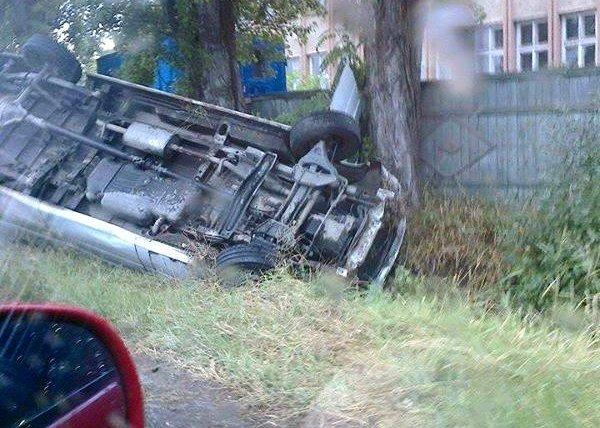 Водій, не впоравшись із керуванням, перекинувся на своєму автомобілі у кювет