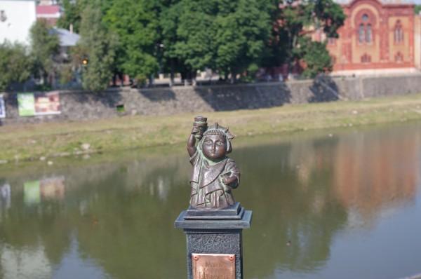 """""""Зловмисник"""" зізнався, чому """"викрав"""" статую Свободки в Ужгороді"""
