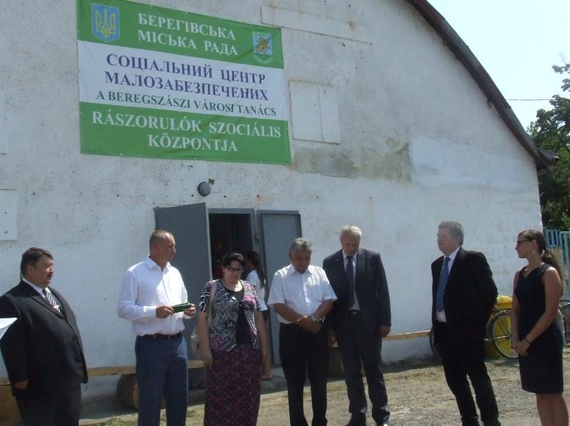 Держсекретар Угорщини подарував селу на Мукачівщині мікроавтобус
