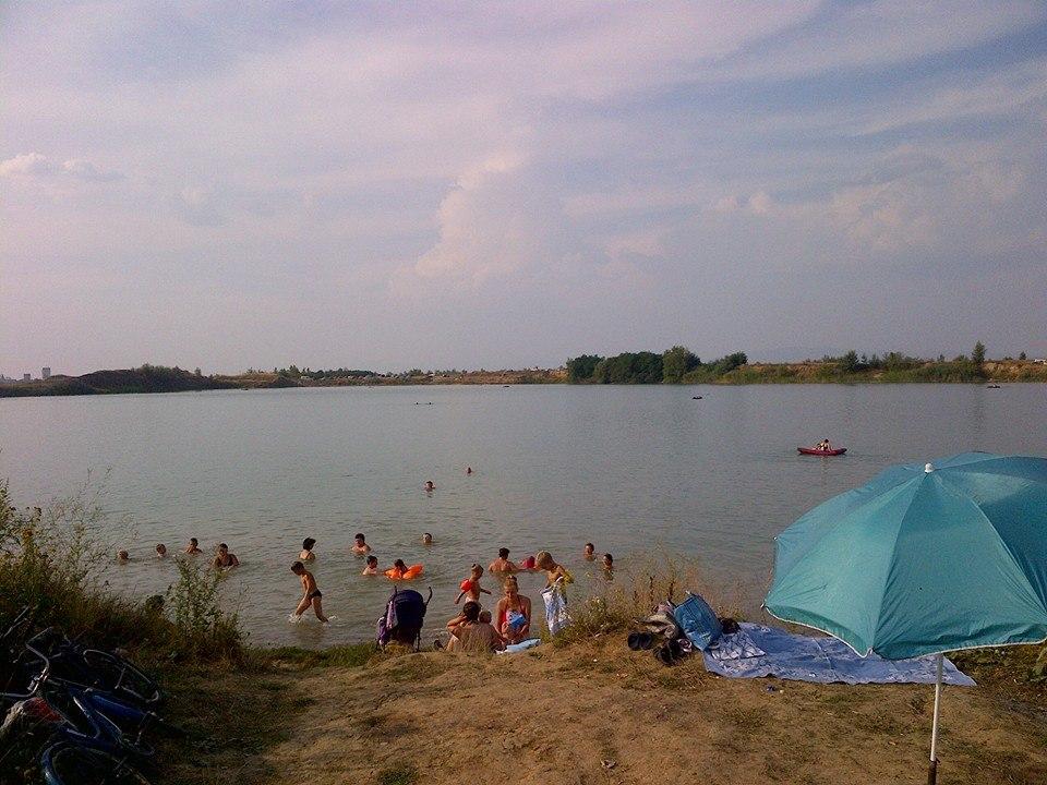 На одному із озер Ужгородщини люди відпочивають серед сміття