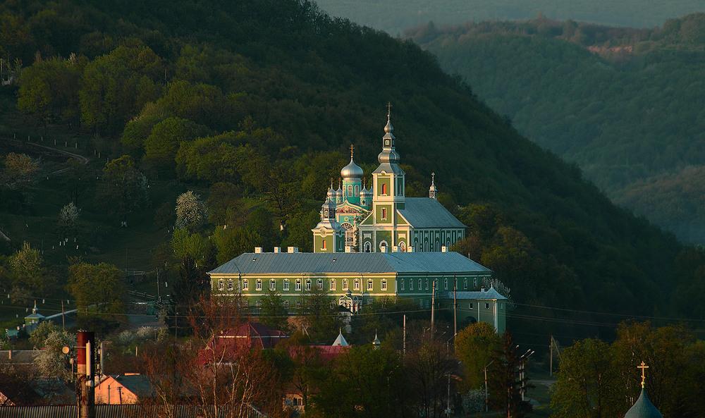 У день свята Успіння Пресвятої Богородиці біля монастиря у Мукачеві чергуватиме швидка