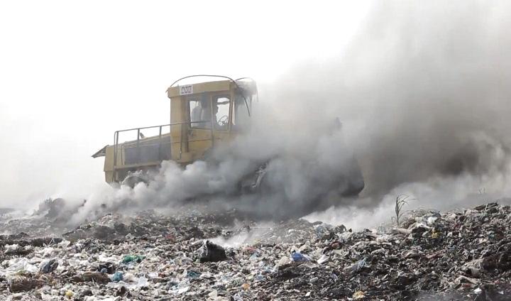 У Виноградові вже четвертий день гасять пожежу на сміттєзвалищі