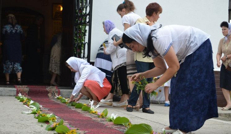 Православні вірники Ужгорода на Преображення прикрасили храм квітами