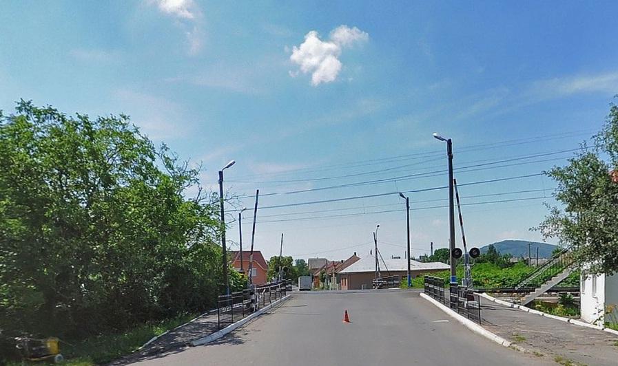 У зв'язку з ремонтом, у Мукачеві перекрили залізничний переїзд по вулиці Свалявській