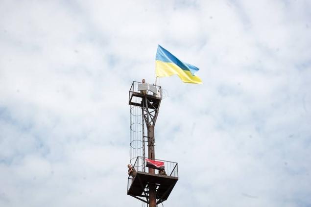 Біля кордону зі Словаччиною на старій радіовежі закарпатці встановили прапор України