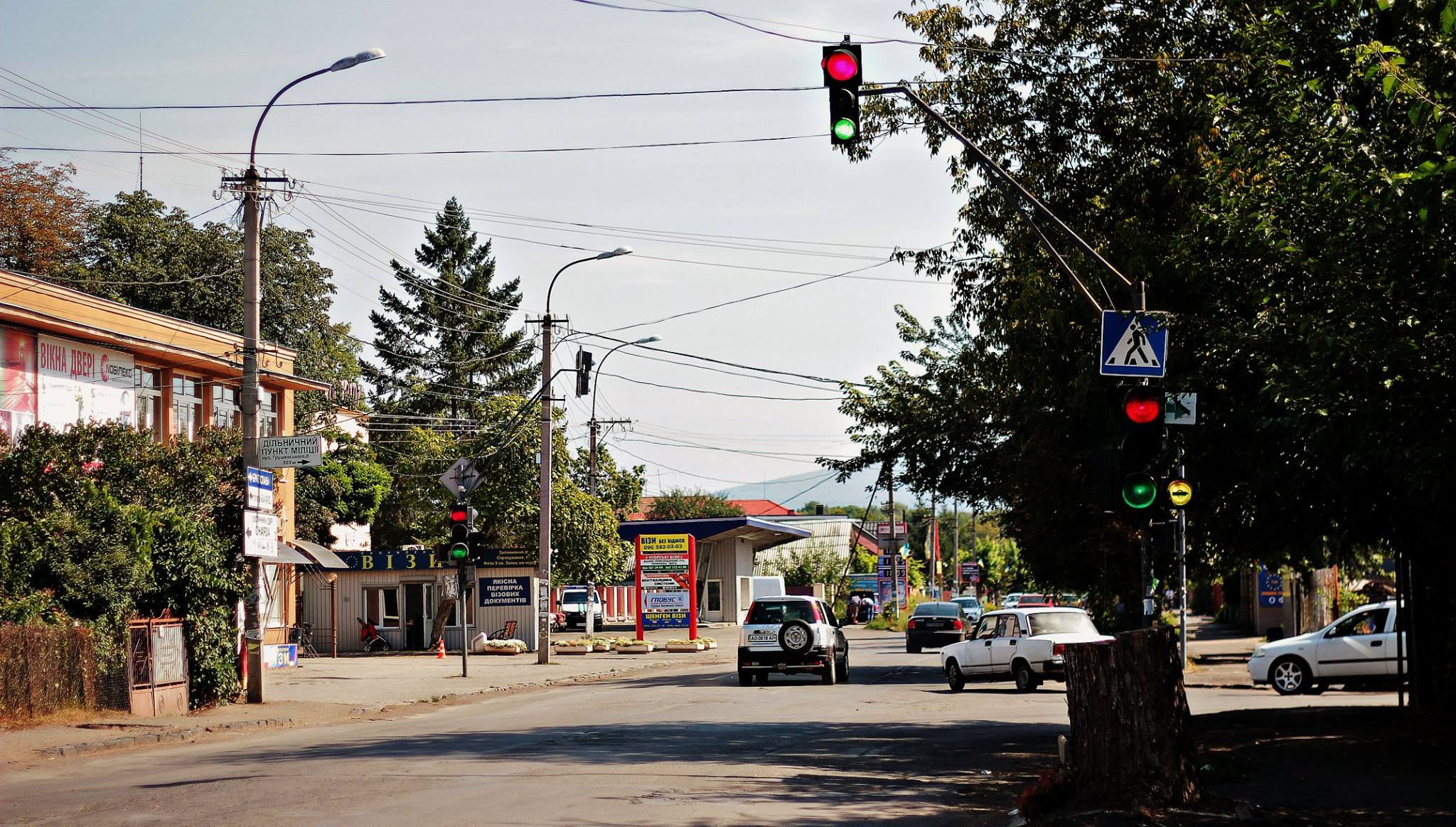 В Ужгороді один зі світлофорів одночасно світить червоним та зеленим кольорами
