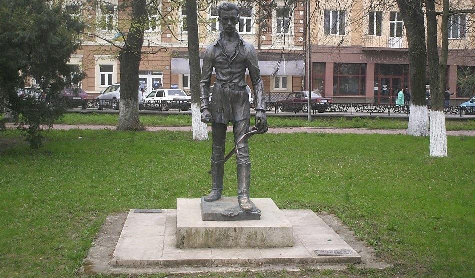 Пам'ятник Шандору Петефі в Ужгороді пошкодив пенсіонер із Дніпропетровської області