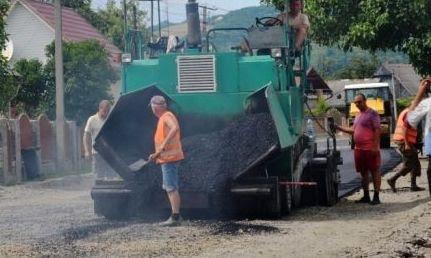 У населених пунктах Тячівщини продовжується інтенсивний ремонт доріг