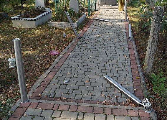 На цвинтарі у Білках вандали пошкодили світильники