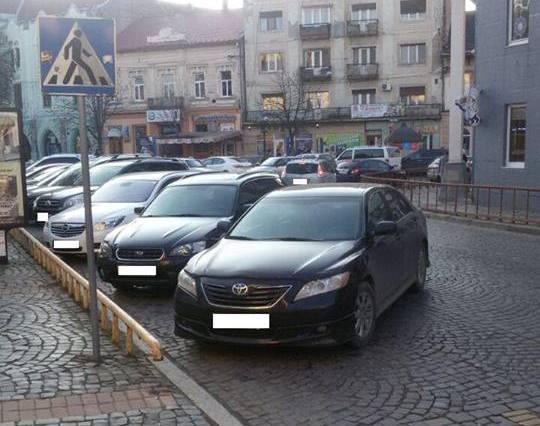 Автомобіль начальника Міжгірського РВ поліції неправильно припаркувався. Поліція Мукачева виписала штраф