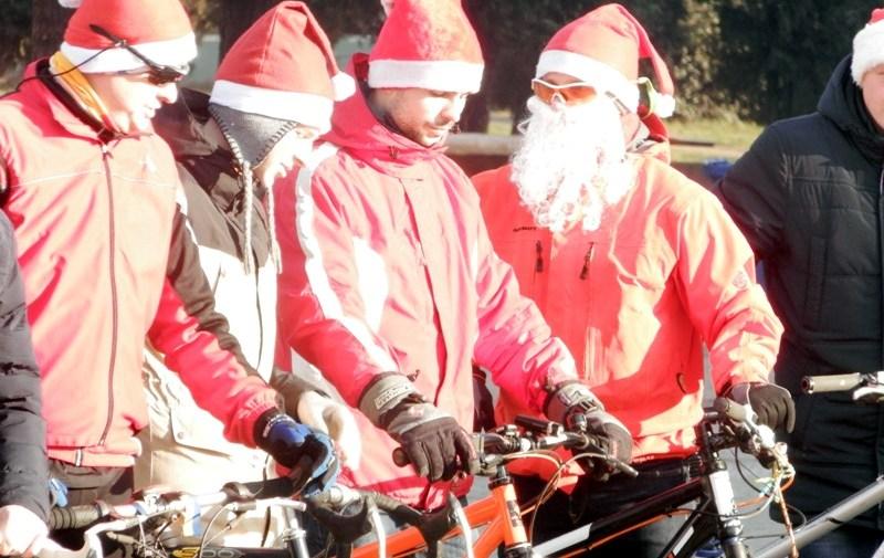 Хустом їздили на велосипеді близько трьохсот Санта Клаусів