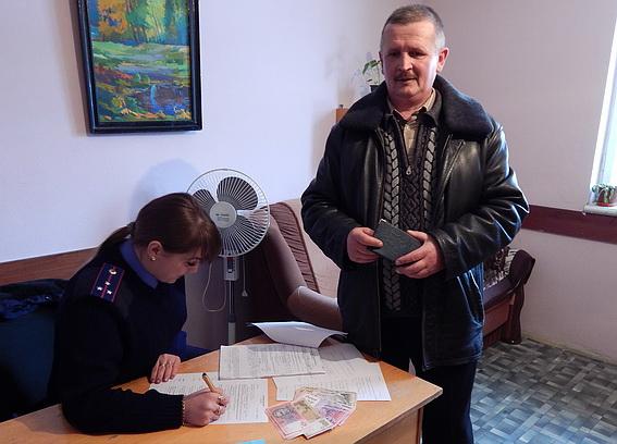 Ужгородець приніс поліцейським паспорт та гроші, які знайшов у центрі міста