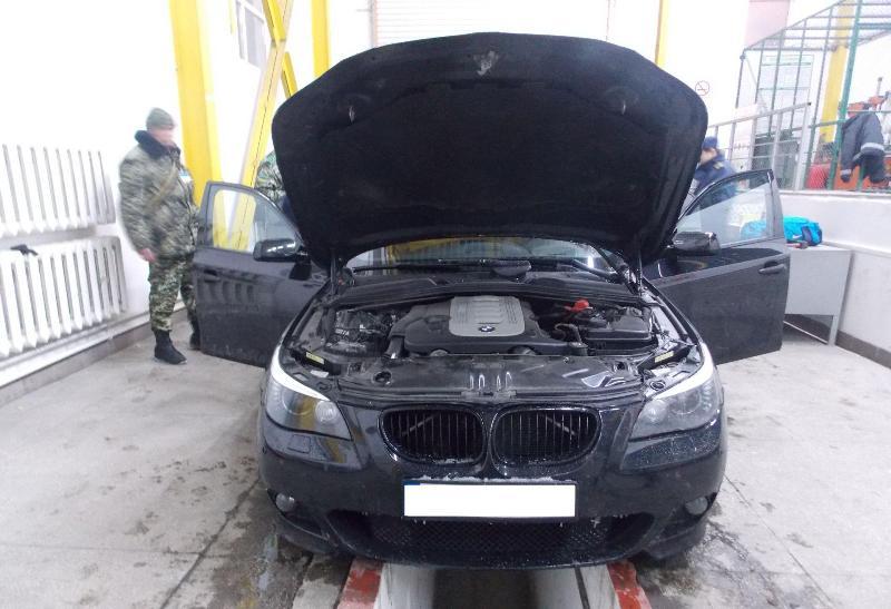 """Закарпатські прикордонники затримали """"BMW"""", паливний бак якого був нашпигований сигаретами"""