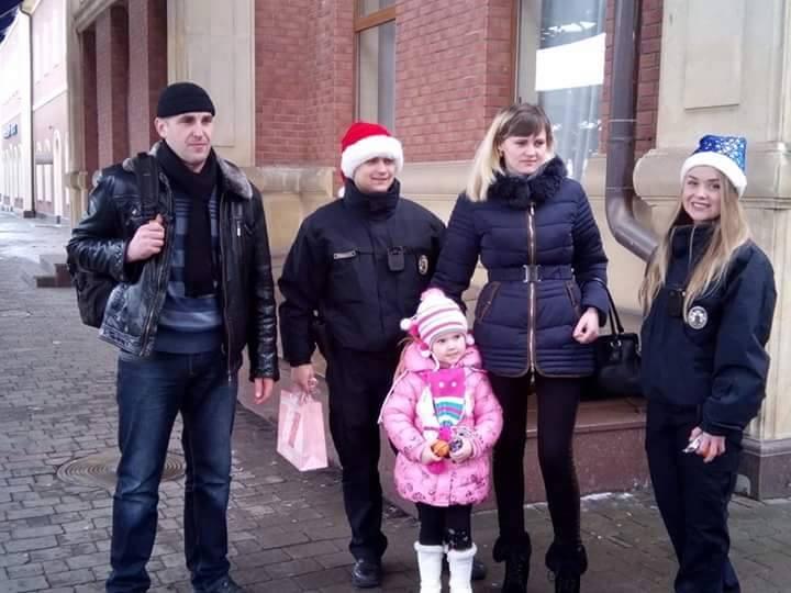 В Ужгороді та Мукачеві поліцейські вітають містян із Різдвом та радують їх подарунками