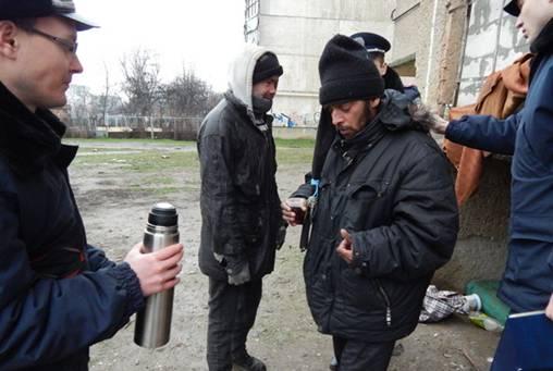Ужгородські правоохоронці допомагають безхатькам пережити зиму
