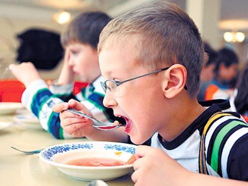 Учні початкових класів більше не харчуватимуться за рахунок держави