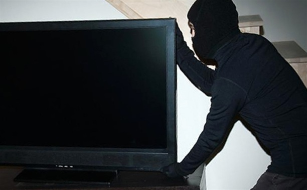 Раніше судимий ужгородець вкрав з хати телевізор і мобільний телефон