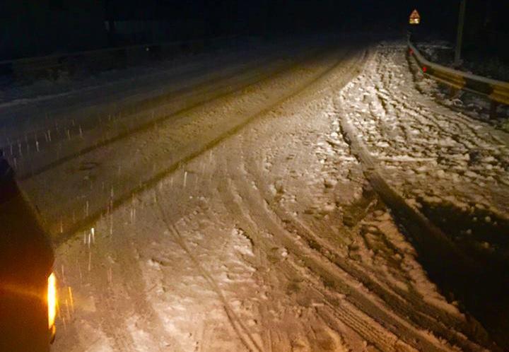 """Через снігові опади ускладнений рух на трасі """"Київ-Чоп"""""""