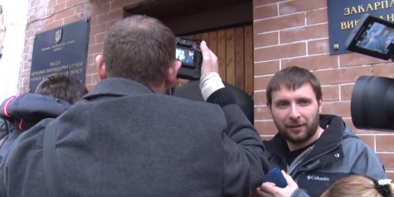 У мережі з'явилось відео того, як нардепи намагалися потрапити до ужгородського СІЗО