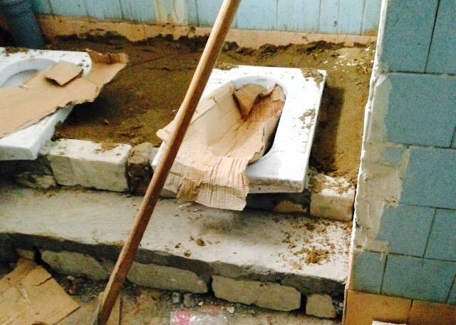 Влада Мукачева відреагувала на шокуючий стан вбиральні в ЗОШ №11