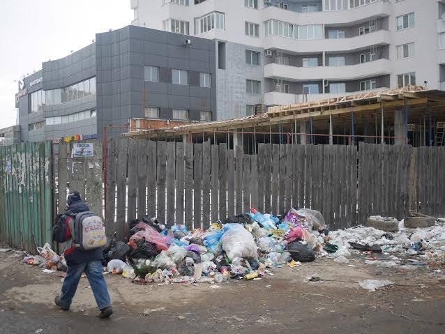 Після численних нарікань в Ужгороді таки прибрали сміття біля одного із торгових центрів