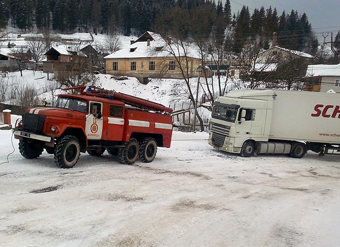 Рятувальники допомагають водіям, чиї автомобілі застрягли на перевалі