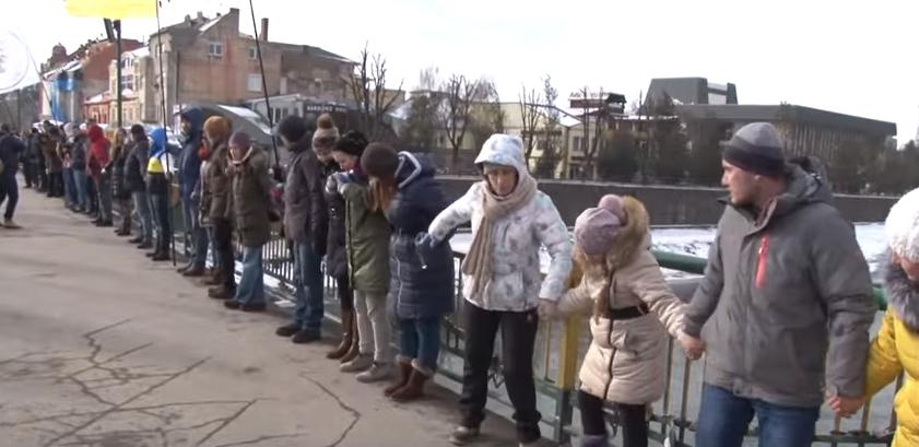 Ужгородці утворили ланцюг єднання до Дня Соборності України