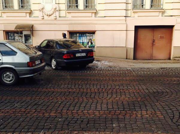 У Мукачевіводій припаркував свій автомобіль прямо на пішохідному переході