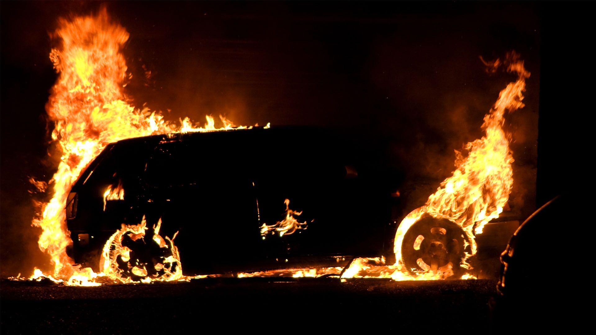 """На Берегівщині вогонь знищив автомобіль """"Volkswagen Golf"""""""