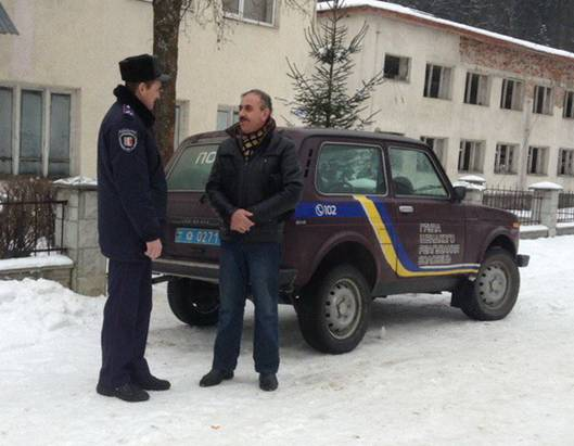 Воловецькі поліцейські вгамували нетверезого чоловіка, який вигнав на вулицю дружину та дітей