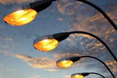 У деяких вулицях Ужгорода відновлюють вуличне освітлення