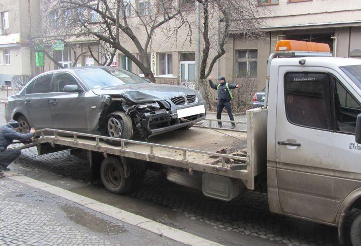 """В Ужгороді """"BMW"""" в'їхало у два автомобілі. Водій з місця пригоди втік"""