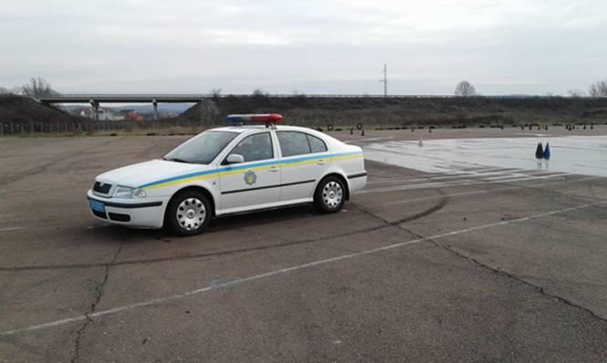 """Закарпатські поліцейські """"відшліфували"""" майстерність їзди в екстремальних умовах"""