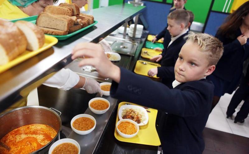 Батьки ужгородських дітей, які теж хочуть, щоб їх діти отримували сніданки, можуть написати заяву директору школи